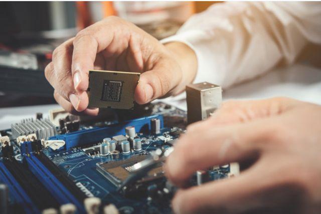Установка центрального процессора на материнскую плату компьютера