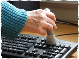 Очистка клавиатуры персонального компьютера кисточкой