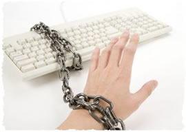 Рука прикованная к компьютерной клавиатуре
