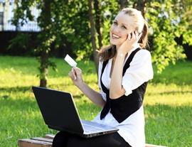 Работа за ноутбуком в парке на открытом воздухе