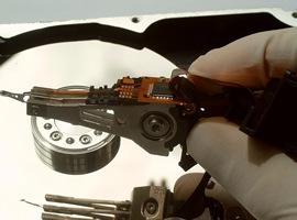 Ручное управление считывающей головкой жесткого диска компьютера