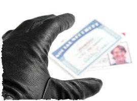 Рука в черной кожаной перчатки крадёт персональные данные