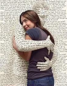 Девушка обнимает виртуального собеседника