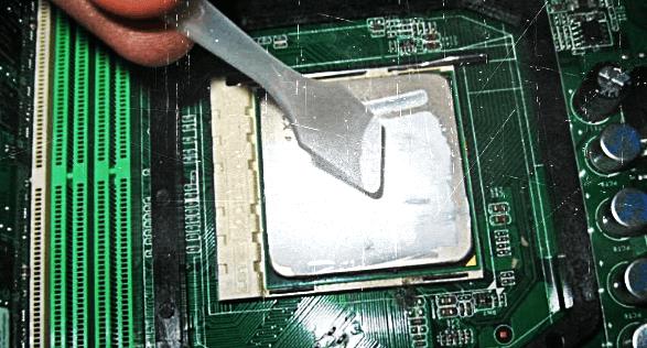 Нанесение компьютерной термопасты на центральный процессор