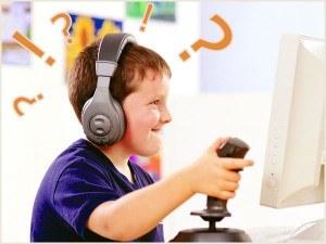 Озадаченные ребёнок играет в компьютерную игру