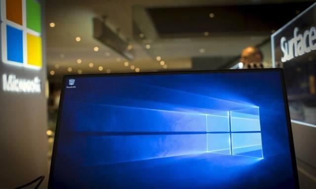 Яркая эмблема Windows 10 на мониторе компьютера